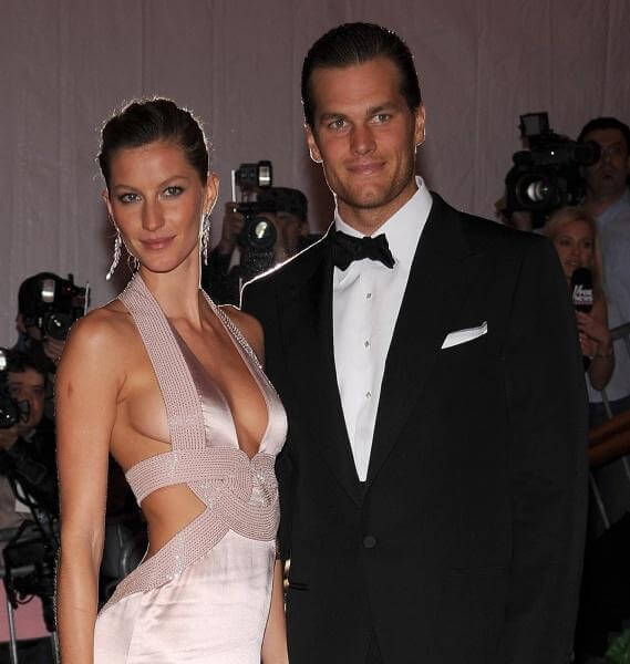 GISELE BUNDCHEN AND TOM BRADY BABY1 284x300 GISELE'S BREASTFEEDING ...
