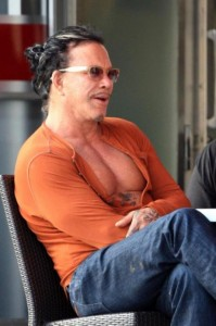 mickey_rourke_shows_his_pecs-cleavage