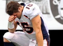 Tim Tebow Praying 260x189 The GEM Debate: Should Tim Tebow Catch Hell For Praying On Field?