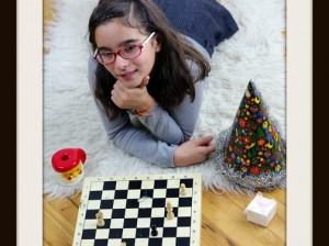 photodune-3458893-girl-playing-chess-in-new-year-xs.jpg