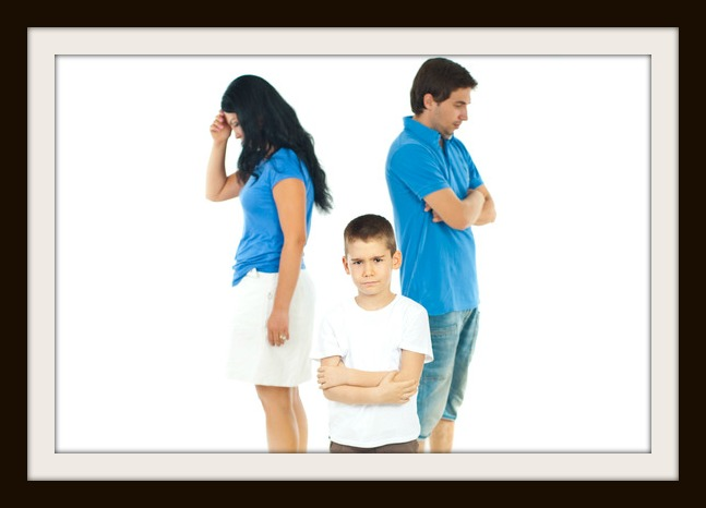 photodune-1074736-upset-boy-between-parents-problems-xs